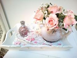 Vaas met bloemen en een geuroliefles op dienblad ( Voorbeeld